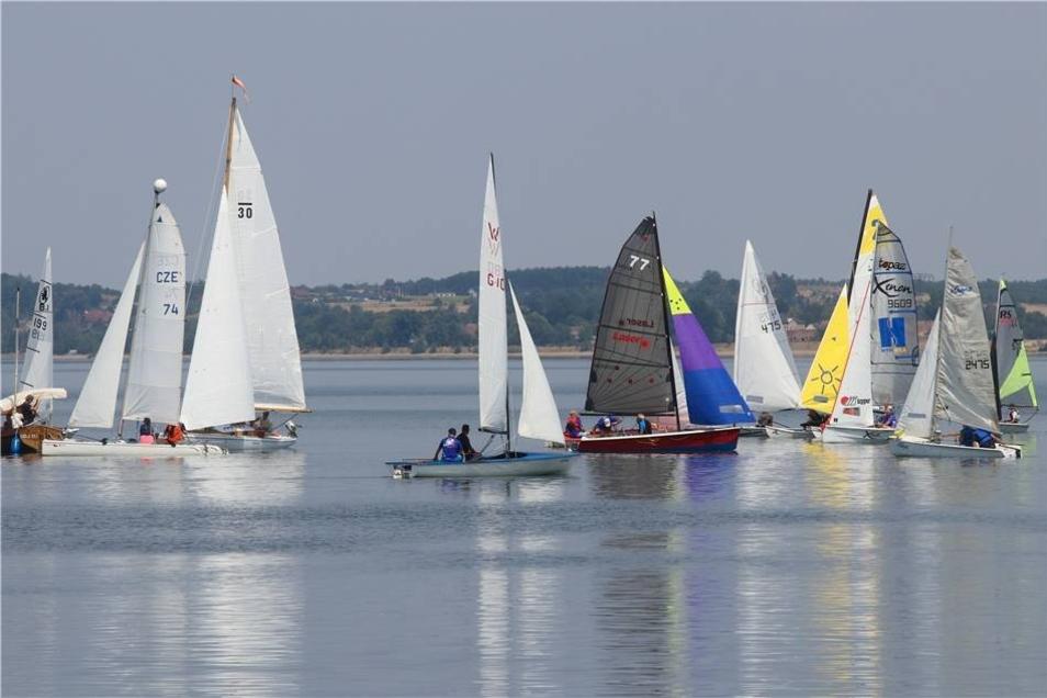 Vor allem zu Beginn des Rennens herrscht reger Betrieb auf dem sonst so ruhigen Berzdorfer See. Hier formieren sich die teilnehmenden Boote zum Start.