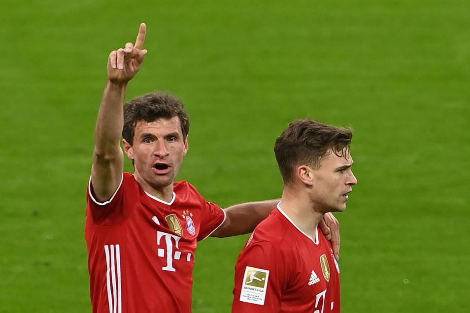 """""""Die Schale holen wir gleich"""", scheint Thomas Müller hier anzeigen zu wollen, nachdem Joshua Kimmich gerade den zweiten Münchner Treffer gegen Leverkusen erzielt hat."""