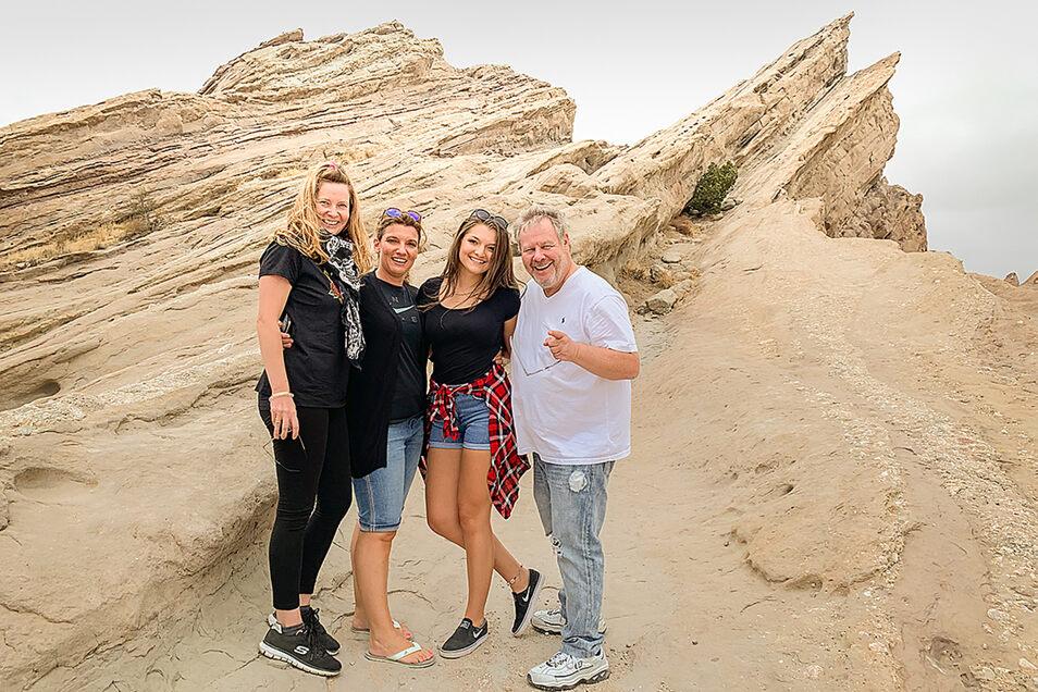 """Julie und Anja (Mitte) mit ihren Gastgebern Nicole undGuido Karp an den Vasquez Rocks. Hier wurde schon für Star Treck und das Michael Jacksons Video zu """"Black or White"""" gedreht."""
