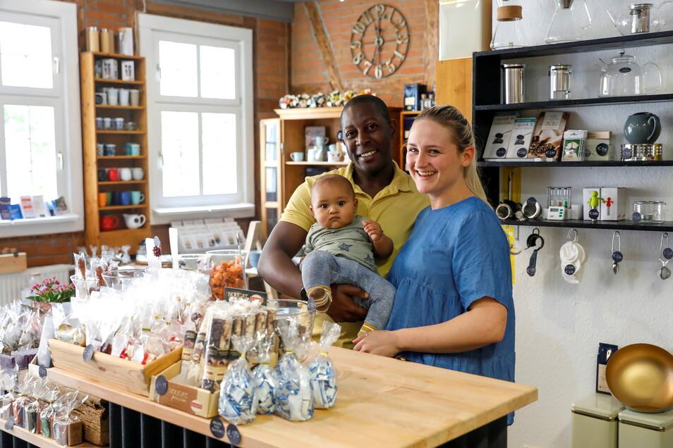 """Leslie und Bothwell Mwedzi sind die neuen Inhaber des Teeladens """"Geschmacksache Herrnhut"""". Im Laden haben sie ein wenig umgeräumt - auch um ihr neues Kaffeesortiment anbieten zu können."""