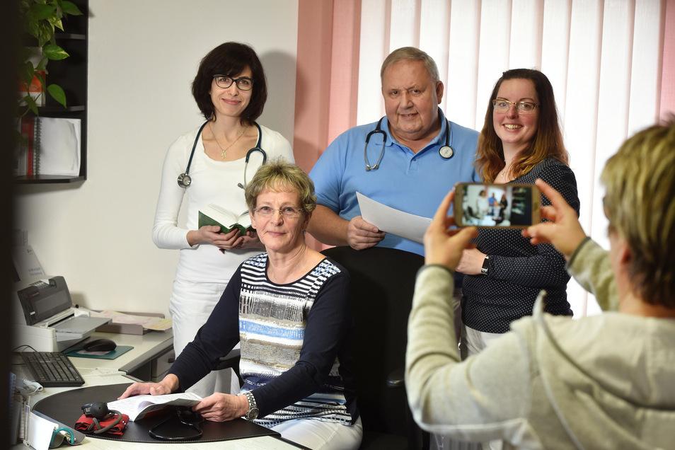 Das Zittauer Ehepaar Beck hat die Leitung ihrer Praxis an Zuzana Clzkova (links) und Katja Pätzold (rechts) übergeben.
