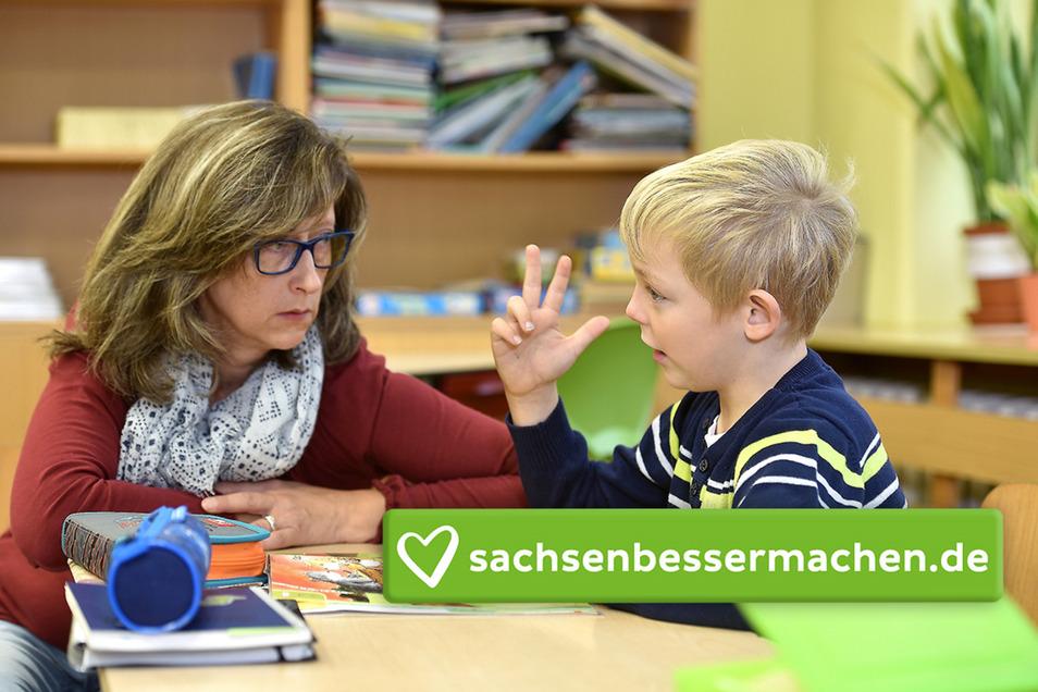 Sanael Jänsch mit seiner Lernbegleiterin Diana Eckner. Mit ihrer Hilfe besucht der autistische Junge die Grundschule in Mittelherwigsdorf in der Oberlausitz.
