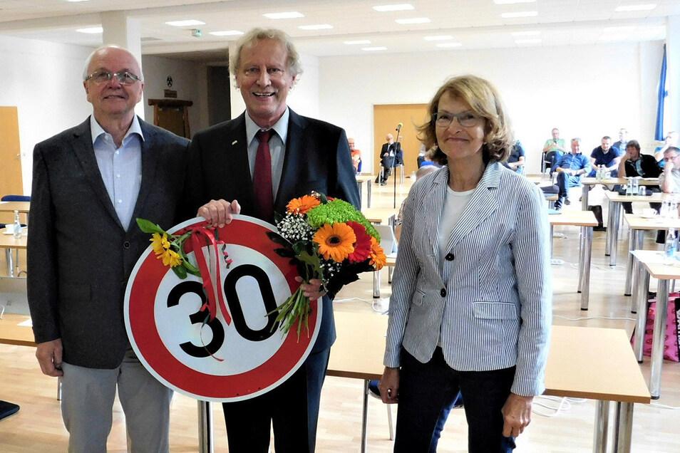 Seit 30 Jahren ist Thomas Kirsten Bürgermeister in der Bergstadt Altenberg. Daran erinnerten die lang jährigen Weggefährten Dr. Sabine Schilka und Andreas Büttner am Montag in der Stadtratssitzung.
