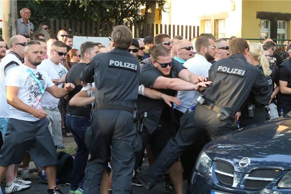 NPD-Sympathisanten rangeln mit Polizisten.