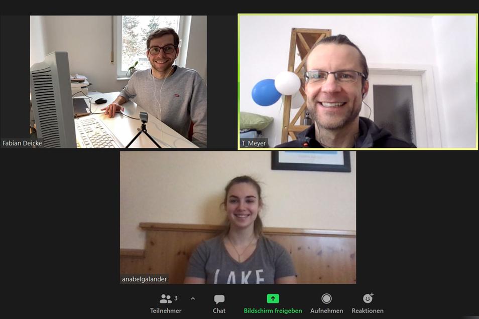 Die Reporter Fabian Deicke (links) und Tino Meyer sprechen im Dreierbob mit Pilotin Kim Kalicki. Um den nötigen Corona-Abstand zu halten werden alle Interviews in dem Podcast zur WM per Video-Anruf geführt und aufgezeichnet.