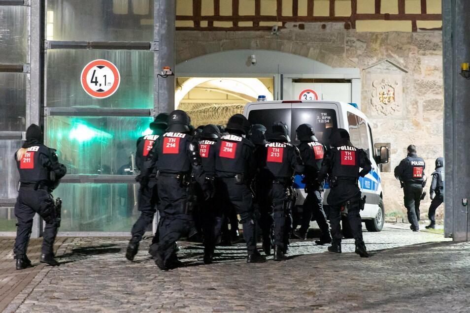 Polizisten betreten die JVA Untermaßfeld in Thüringen. Am Dienstagabend sollen dort mehrere Häftlinge in einer Zelle der JVA und im Innenhof die Aufforderungen der Mitarbeiter missachtet haben.