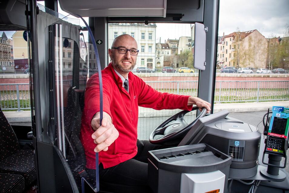Hagen Lorenz hat Glück. Im Bus, mit dem er gerade auf Tour ist, schützt ihn jetzt eine stabile Glasscheibe vor Ansteckung mit dem Virus. Regiobus Mittelsachsen rüstet nach und nach alle Busse so um.
