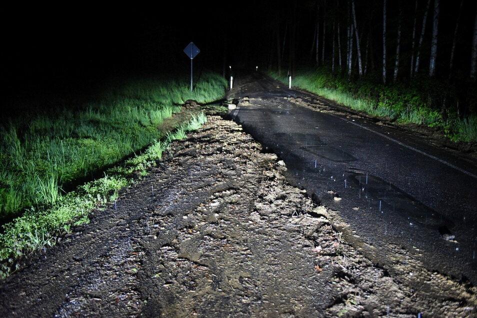 In Saalbach musste die Dorfstraße nach Überflutung gesperrt werden.