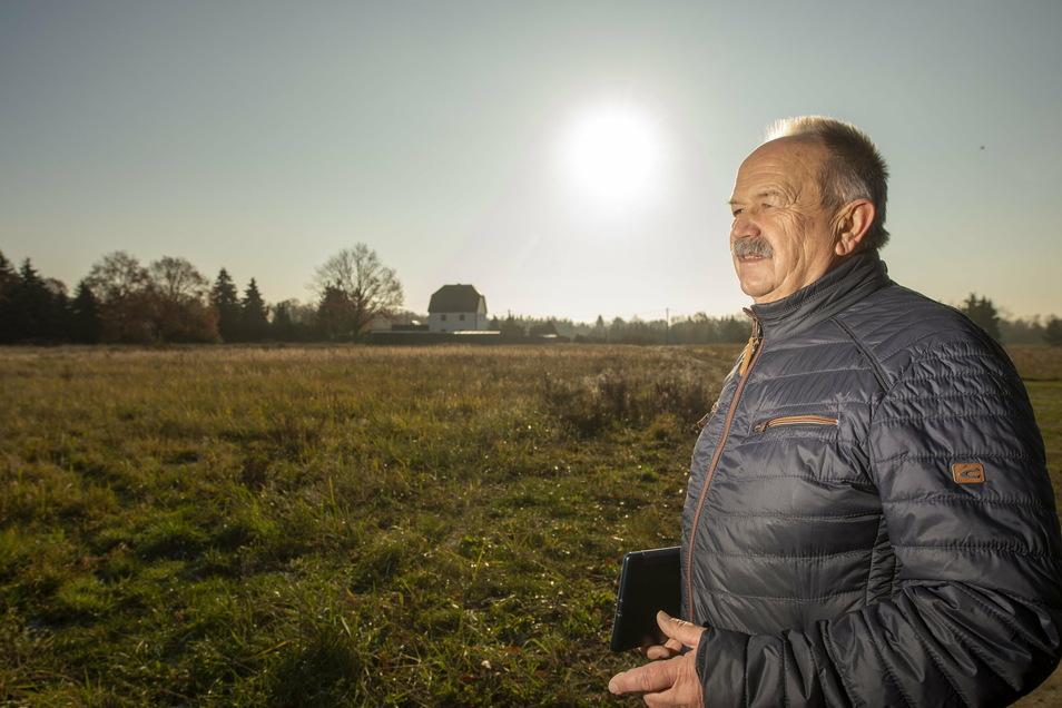 Peter Arndt, Gemeinderat der Bürgerinitiative Weinböhla (BiW), steht auf der Wiese am Thomas-Müntzer-Weg, wo 17 Eigenheime gebaut werden sollen. Die BiW will erreichen, dass ihre Zahl verringert wird, um ein Stück des geschützten Silbergrasrasens, de