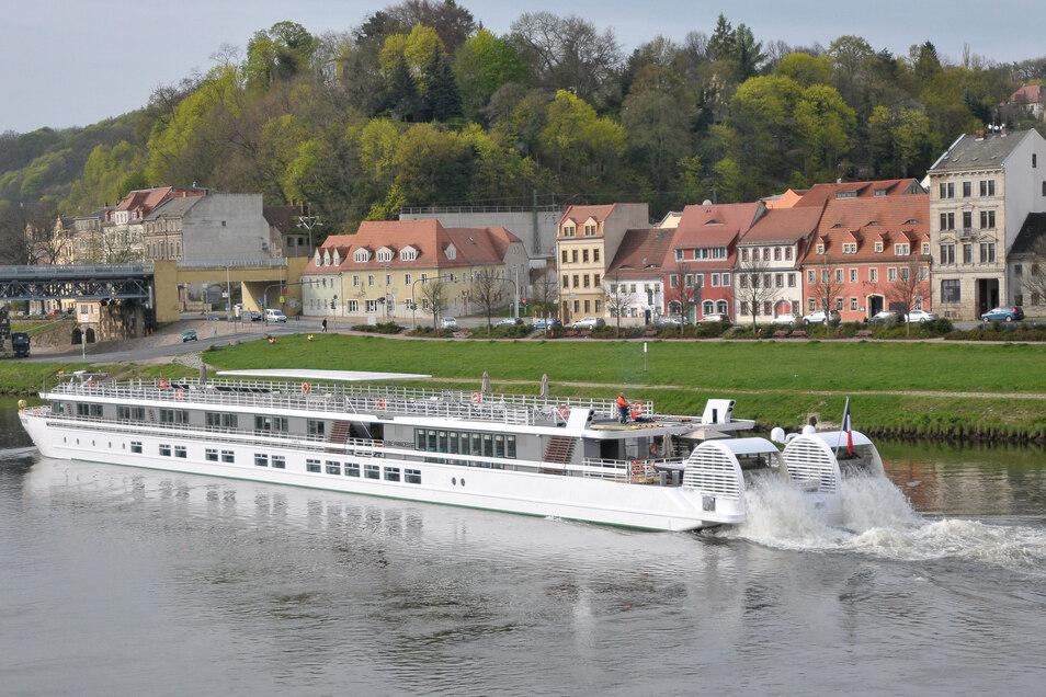 Die Elbe-Princess I 2016 auf dem Weg auf der Elbe durch Meißen.