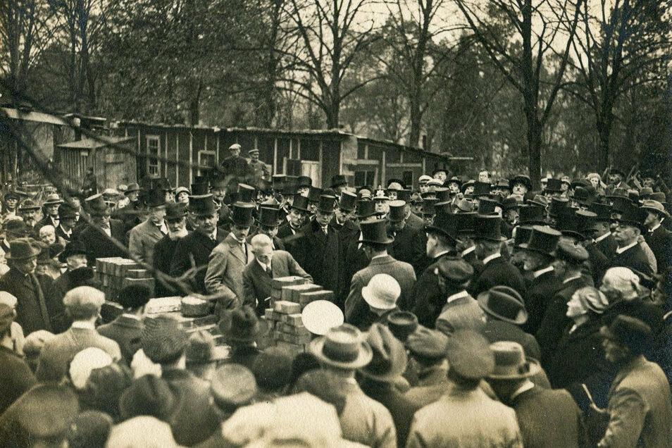 Die Basis für den Bau eines Krematoriums in Meißen bildete 1911 die Gründung des hiesigen Feuerbestattungsvereins. Durch den Ersten Weltkrieg und die Inflation der Nachkriegsjahre musste das Vorhaben mehrfach verschoben werden. Am 1. November 1930 konnte
