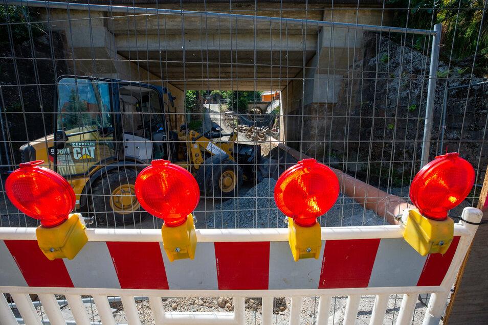 Symbolbild: Radlader hinter einer Baustellen-Absperrung