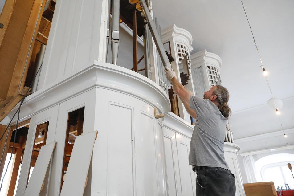 Orgelbauer Thomas Habellok löst die Pfeifen aus ihrer Behausung. Die Firma Eule erneuert in den nächsten Monaten das Herrnhuter Instrument.