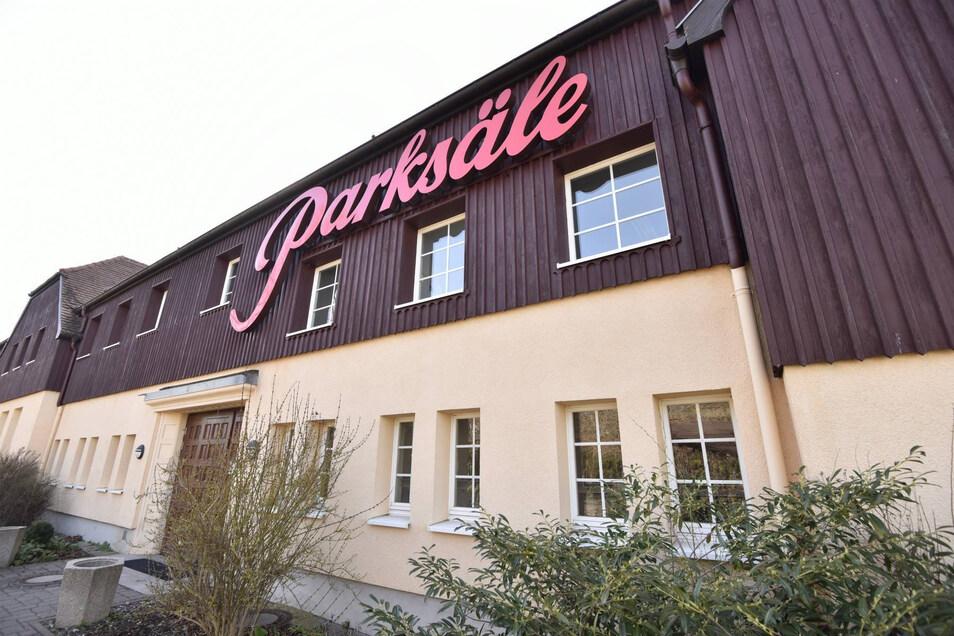 Hier findet der Stadtrat Dippoldiswalde sein Ausweichquartier. Der große Parksaal bietet genug Platz für eine Sitzung und Corona-Bedingungen.