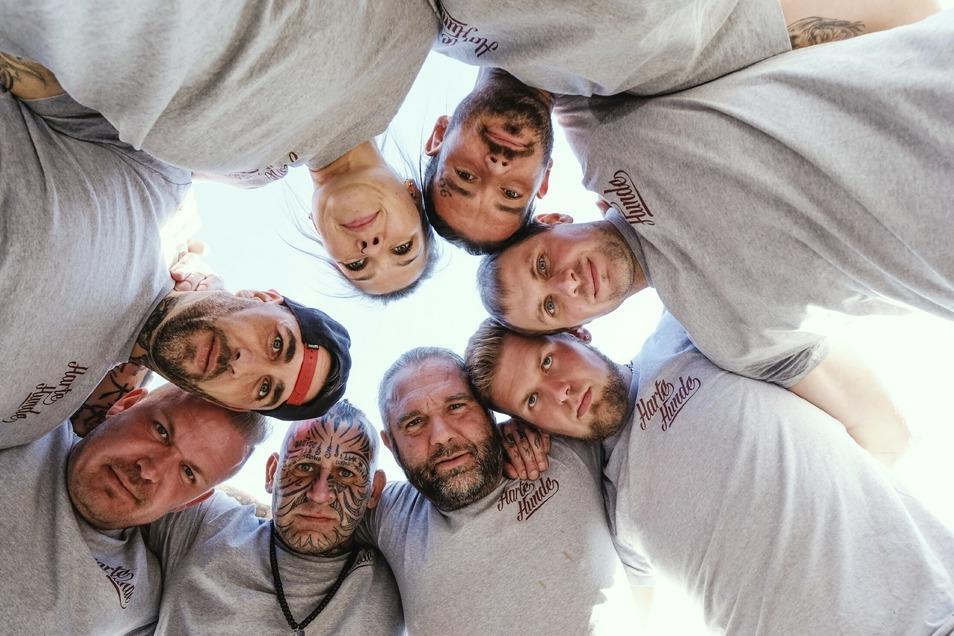 """Das Team der """"Harten Hunde"""" wird ab dem 28. August im Freitaler Tierheim für VOX drehen. Mitte unten: Ralf Seeger."""