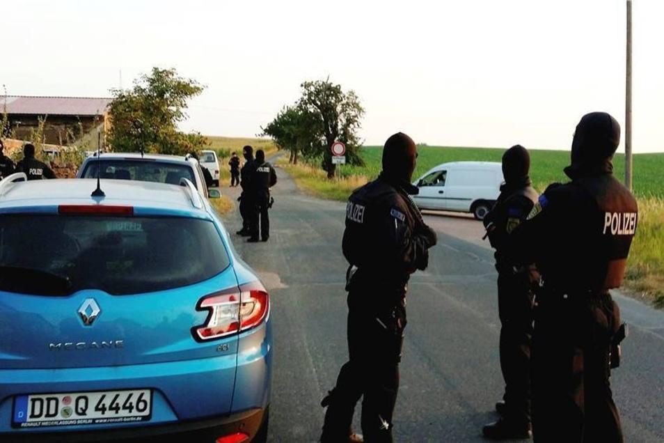 Am frühen Morgen durchkämmt ein Sondereinsatzkommando der Polizei das Anwesen. Allerdings finden die Beamten nichts.