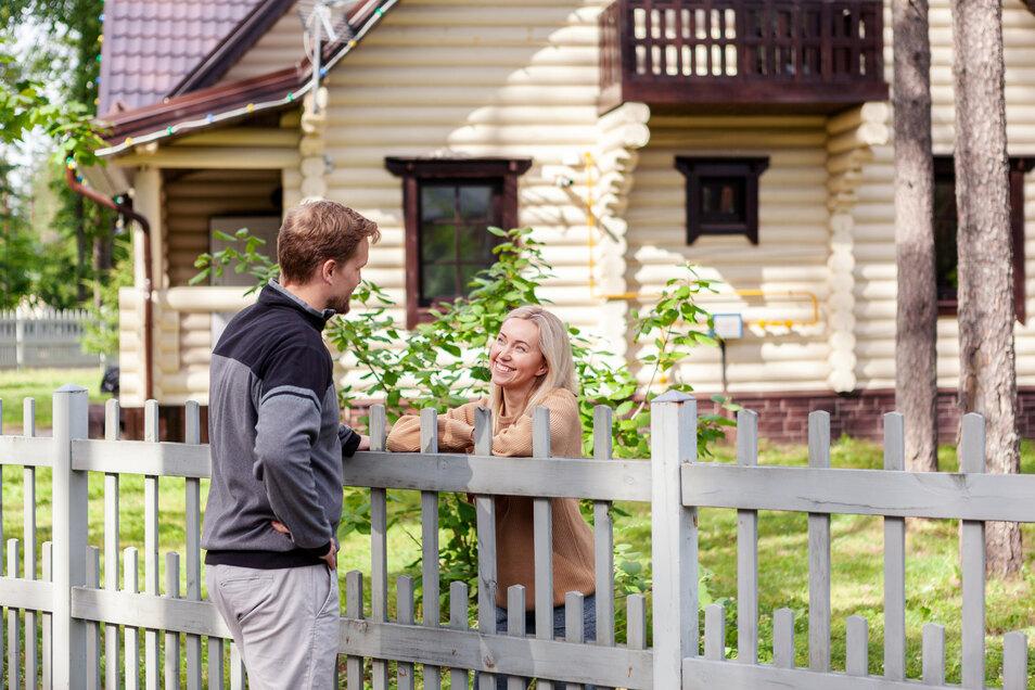 Auch wenn die Nachbarn nett sind: eine Grundstücksbegrenzung sieht nicht nur gut aus, sondern sorgt auch für ein wohnliches Gefühl.