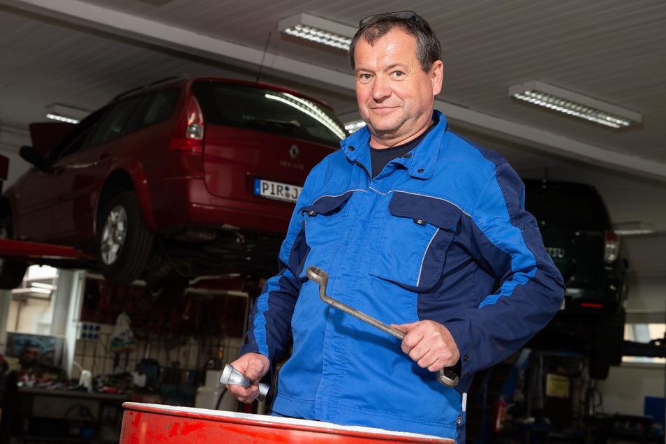 Olaf Streit verkauft Autos in Heidenau. Seit dieser Woche hofft er, wie alle anderen, dass das Geschäft langsam wieder anzieht.