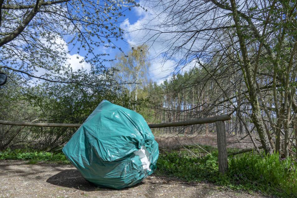 Unnötig: ein prall gefüllter Sack mit Verpackungsmüll, den jemand über das Osterwochenende auf dem Wanderparkplatz an der Gohrischheide bei Nieska abgelegt hat.