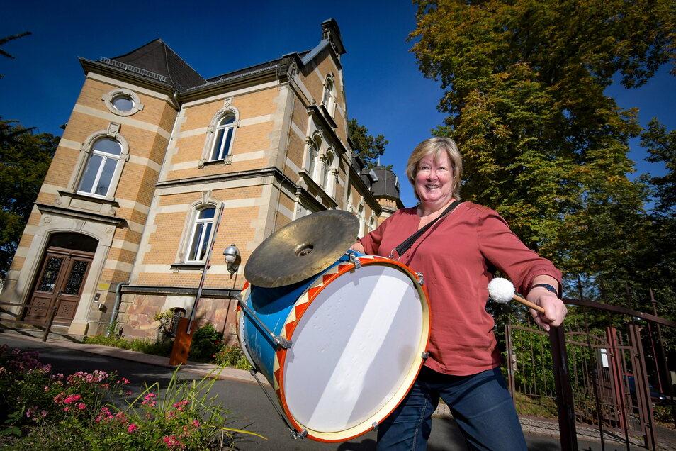 Margot Berthold ist seit 1990 an der Musikschule Döbeln. Sie freut sich riesig auf das bevorstehende Konzert und rührt schon mal symbolisch die Werbetrommel.