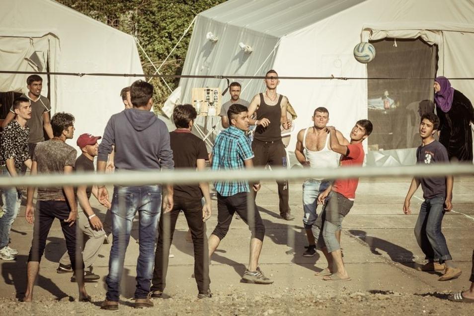 Flüchtlinge spielen auf engstem Raum im Zeltcamp Bremer Straße Volleyball. Bis zum Wochenende soll das Camp mit 1100 Bewohnern ausgelastet sein.