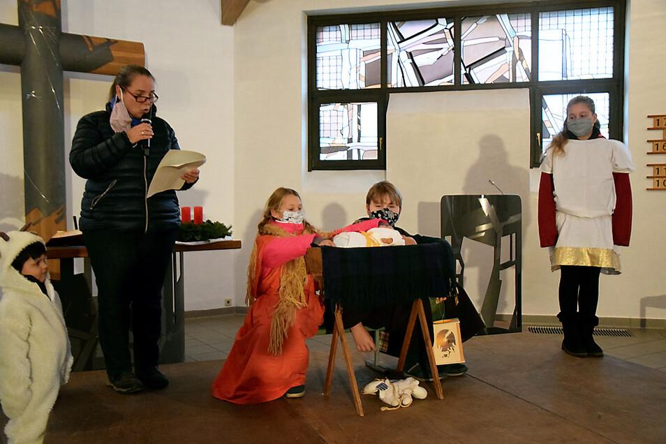 Kinder und Katechetin Silke Linke als Vorleserin üben das Krippenspiel im Hoyerswerdaer Martin-Luther-King-Haus – nun war es doch vergebens ...