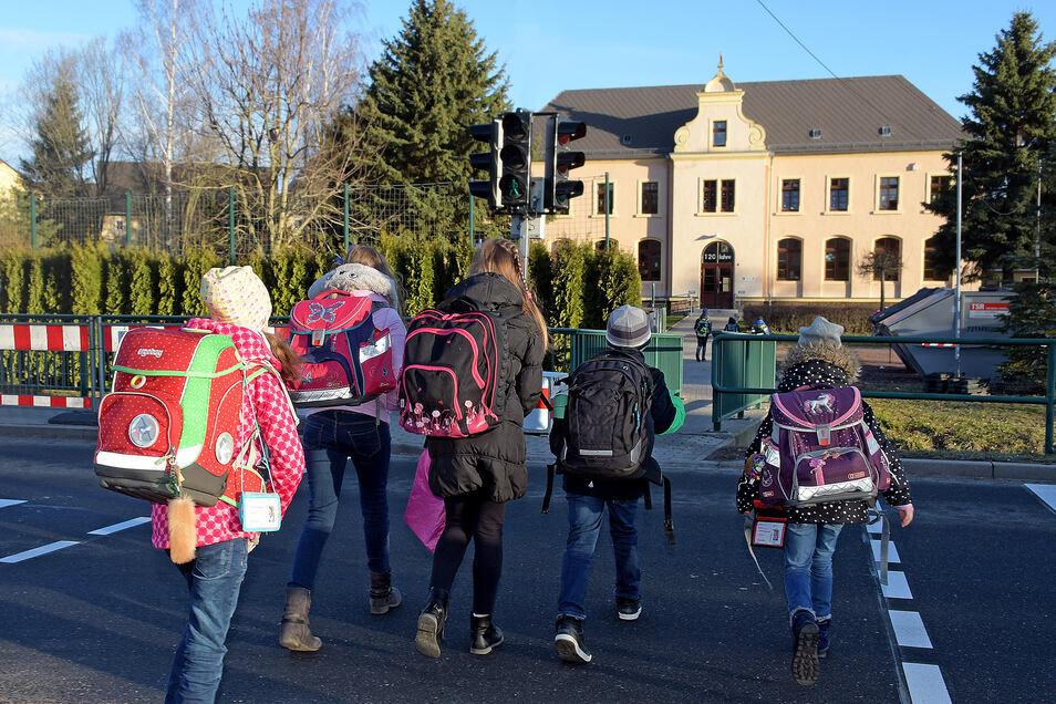 Die Schulkinder aus Grünlichtenberg müssen zurzeit bis 13 Uhr die Schule verlassen haben. Am 19. November soll der Hort wieder öffnen.