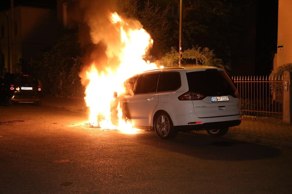 Nicht nur dieser Ford brannte in der Nacht zum Sonntag in Cossebaude.
