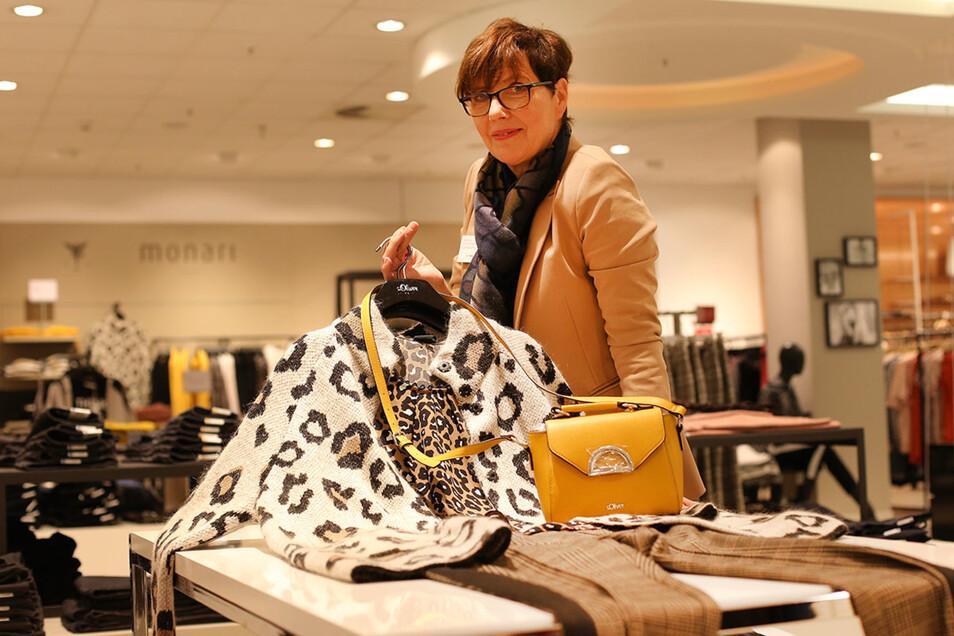 Kerstin Weigel zeigt im Modehaus Mein Fischer eine modische Kombination für Damen im Herbst, mit Leopardenprint und Farbtupfer durch die gelbe Tasche. Dazu eine karierte Hose.