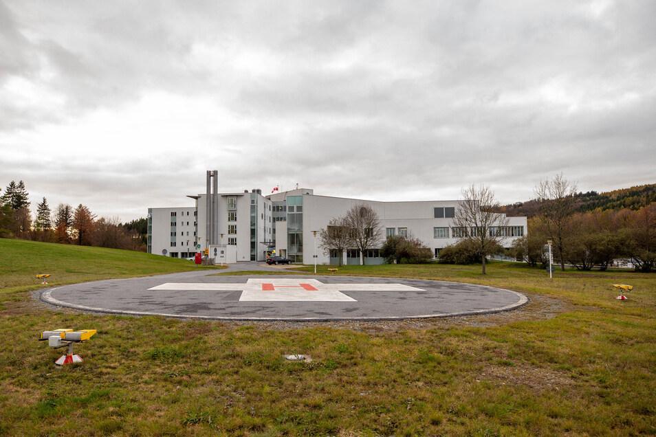 Die Asklepios Sächsische Schweiz Klinik in Sebnitz mit einem eigenen Hubschrauberlandeplatz.