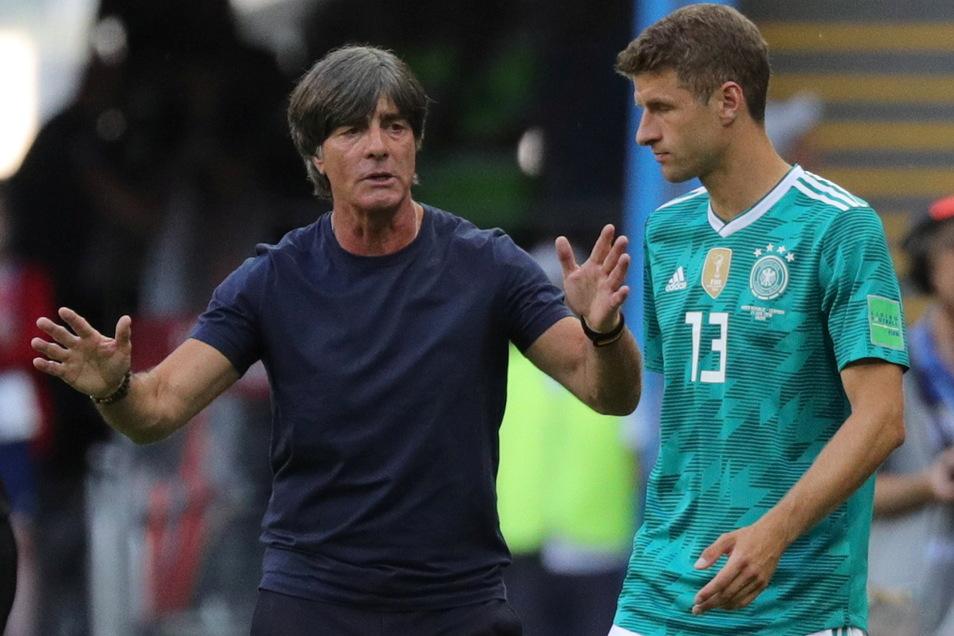 Bundestrainer Joachim Löw (l) Thomas Müller im Jahr 2018. Vier Monate später folgte die damals unerwartete Ausbootung durch Löw, der auch Mats Hummels und Jérôme Boateng aussortierte.