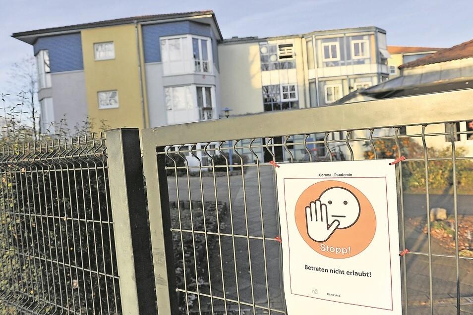 """Vor der Wohnstätte für Menschen mit Behinderung """"Christall"""" in der Heinrich-Heine-Straße in Weißwasser verbietet ein Schild das Betreten. Auch hier sind erst eine Anmeldung und ein negativer Schnelltest erforderlich."""