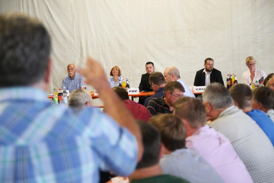 Stellten sich den kritischen Fragen der gut 100 Landwirte: Frank Johne (AfD), Uta Knebel (Linke), Sven Borner (FDP), Sebastian Fischer (CDU) und Amrei Drechsler (SPD, v.l.n.r.)