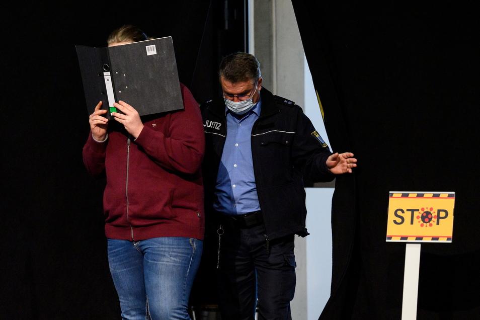 Der Angeklagte erscheint zum Prozessauftakt um die Auto-Attacke auf den Rosenmontagsumzug in Volkmarsen. Er ist u.a. wegen 91-fachen Mordversuchs angeklagt.
