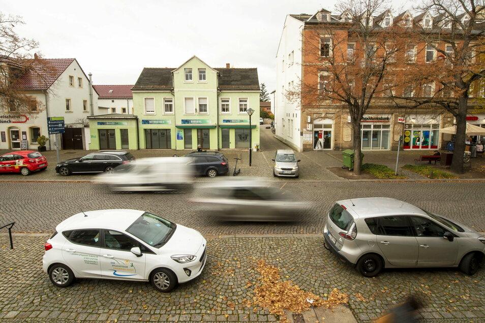 Wenn es nach den Händlern geht, sollen Kunden ihre Autos auch künftig auf dem Gehweg abstellen können.