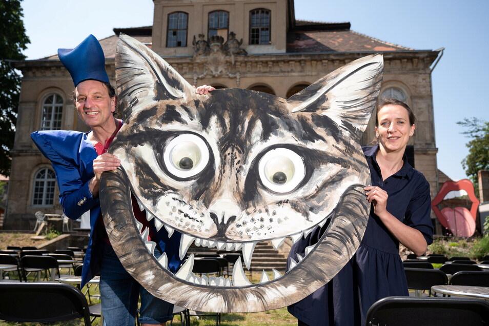"""Zwei Freitaler sind bei der Inszenierung von """"Alice im Wunderland"""" am Schloss Übigau dabei: Der Schauspieler Mario Grünewald und die Designerin Anne Konstanze Lahr, von ihr ist auch der Entwurf für die Grinsekatze."""