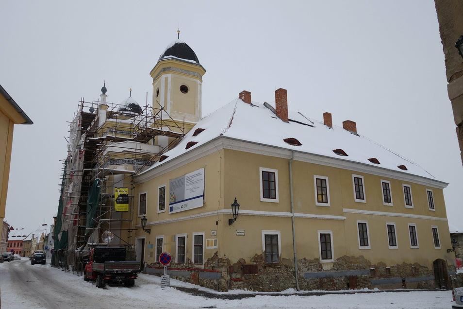 Derzeit ist das zweitürmige Gotteshaus eingerüstet. Direkt nebenan wird auch das Rabbinerhaus saniert.