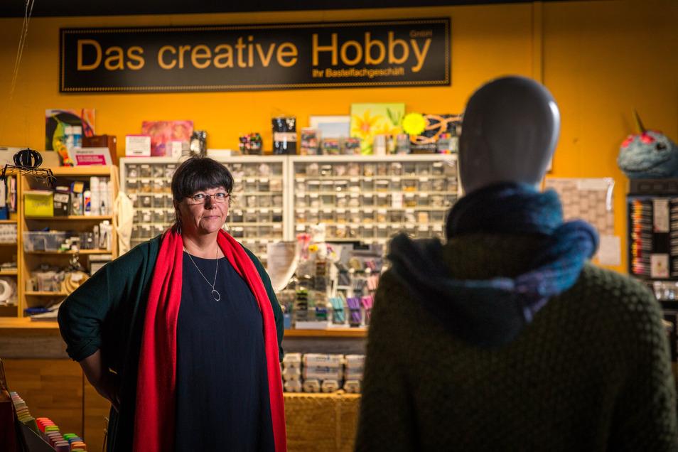"""Manuela Schwenke in ihrem Laden """"Das creative Hobby"""" in der Altmarktgalerie. Der Laden hat wegen der Corona-Krise geschlossen."""