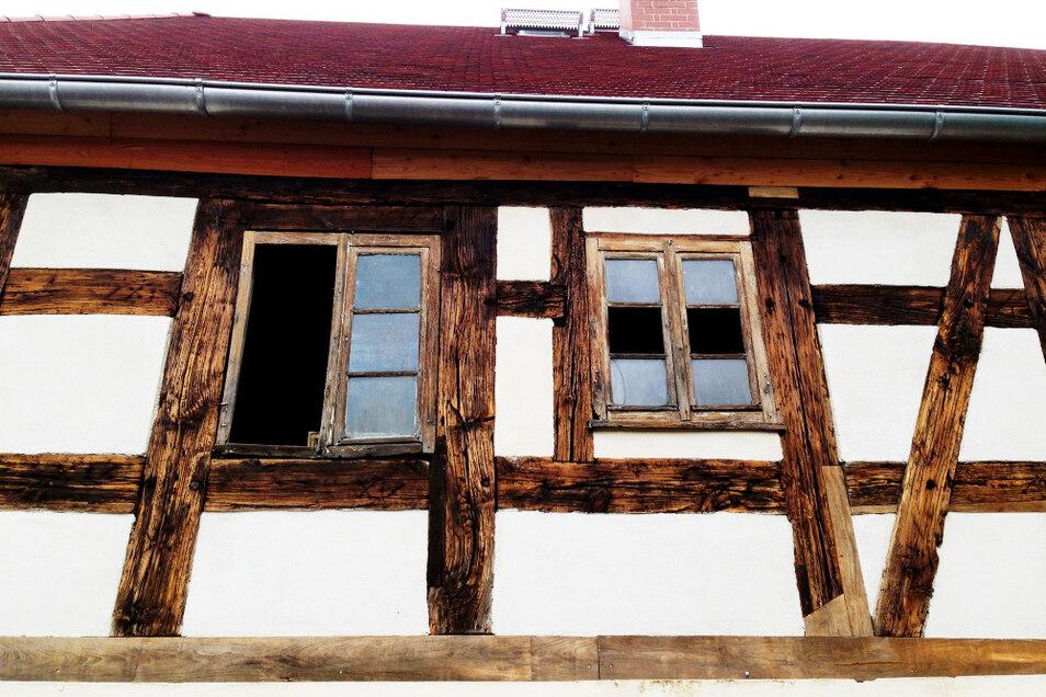 """Fachwerk – meisterhaft restauriert; an maroden Stellen mit Stücken aus anderen Wittichenauer Häusern ergänzt, so geschickt, dass man die """"Übergänge"""" fast nicht sieht."""