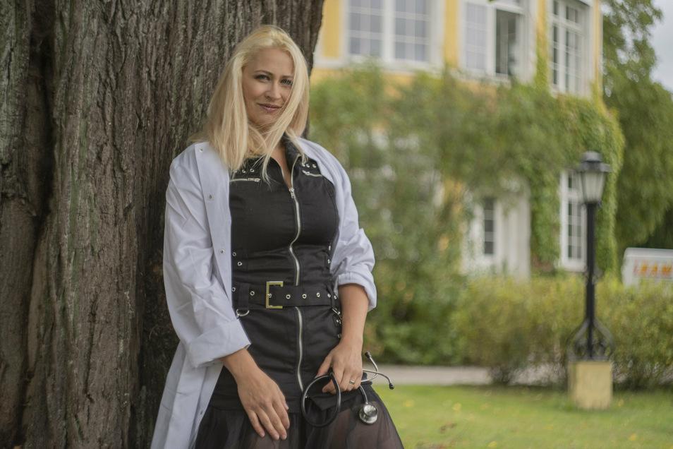 Den weißen Kittel trägt Alena Trojanova, die in der Schloss-Klinik Pulsnitz arbeitet, genau so gern wie die schwarze Lederkluft, in der sie mit ihrer Band auftritt.