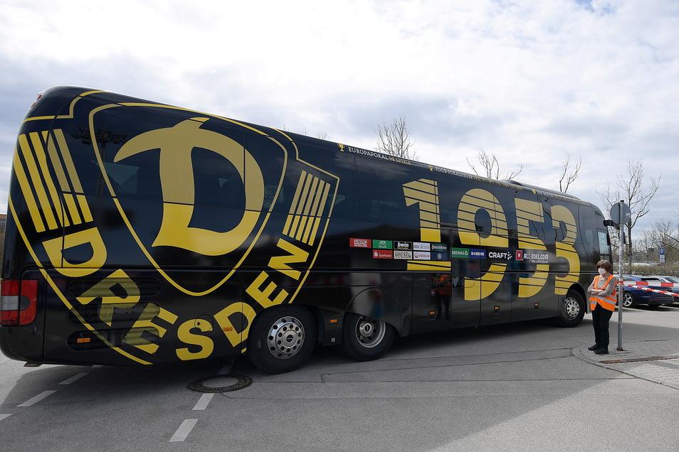 Der Mannschaftsbus von Dynamo Dresden ist am Sportpark in Unterhaching angekommen. Die Favoritenrolle ist heute klarer den je: Der Tabellenerste trifft auf den Letzten.