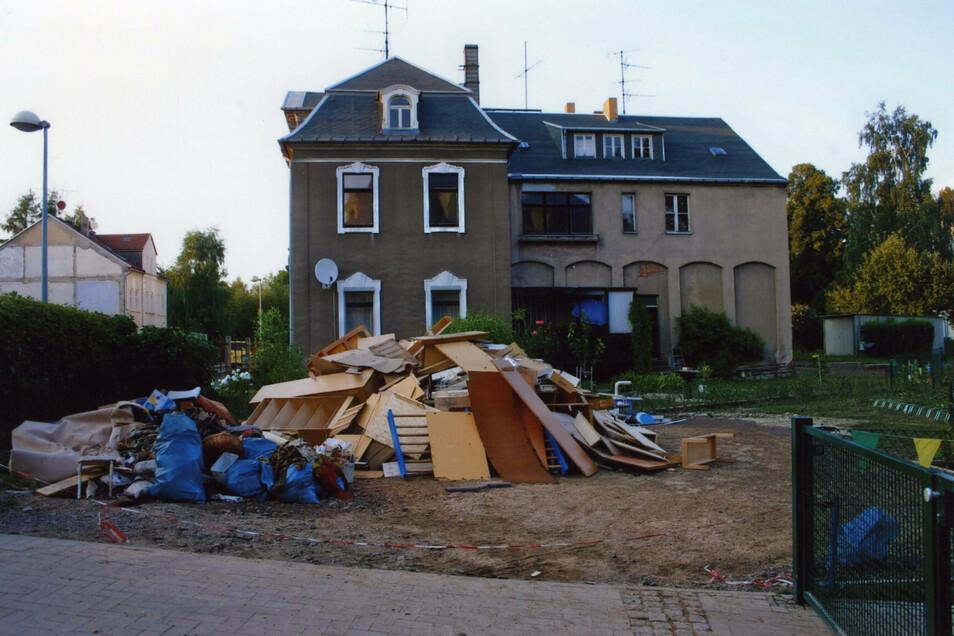 Auch das ein typisches Bild dieser Tage: Vor den Häusern - hier an der Carpzovstraße - türmten sich nach dem Hochwasser die Müllberge.