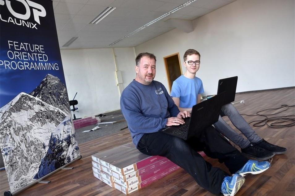Projektmanager Sven Kloß (links) und Azubi Philipp Lätsch haben für die SZ schon mal ihre Laptops in eines der Büro-Räume mitgenommen. Am Freitag lädt die Firma zum Tag der offenen Tür ein.