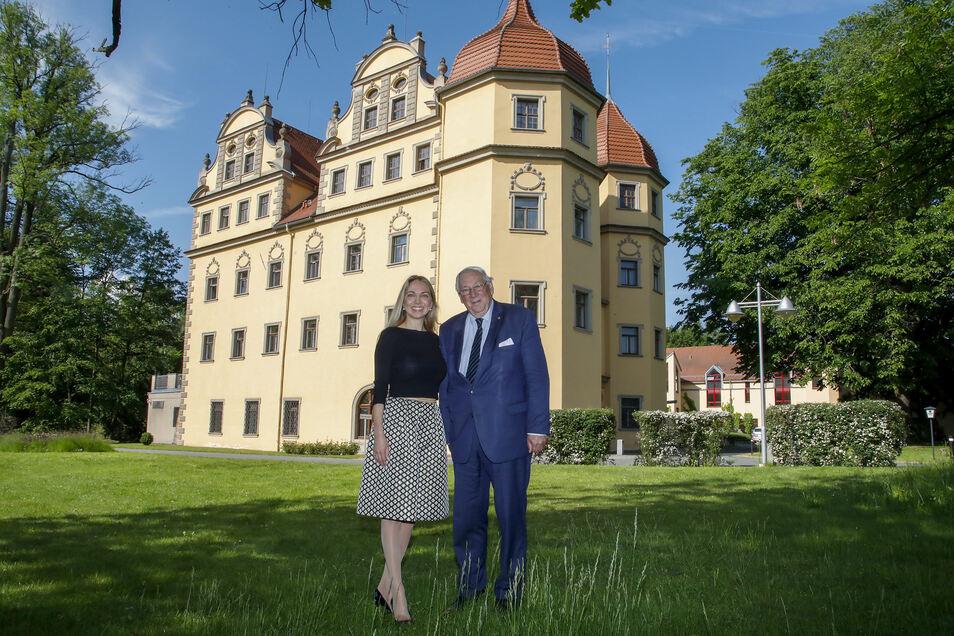 Schlossherrin Kateryna Smura mit Rudolf von Sandersleben vor dem Schlosshotel Althörnitz.