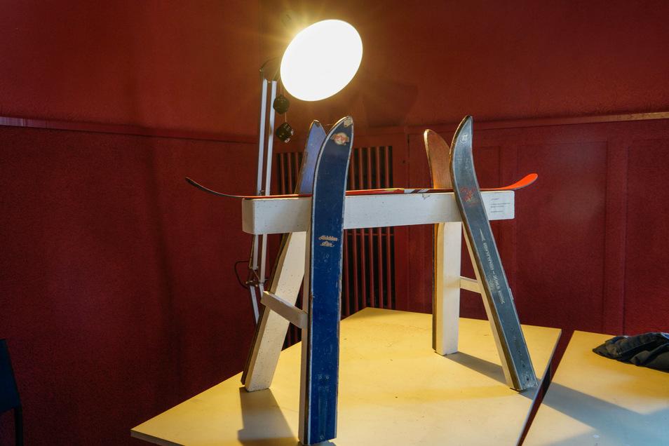 Ein Schi-Bock aus der Zeit, als es noch richtige Winter gab. Bernd Warnatzsch gestaltete diese Installation im KAS.
