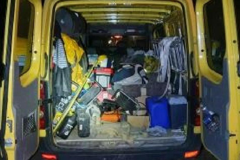 Kleidung und Materialien im Transporter deuten auf die illegale Beschäftigung hin.