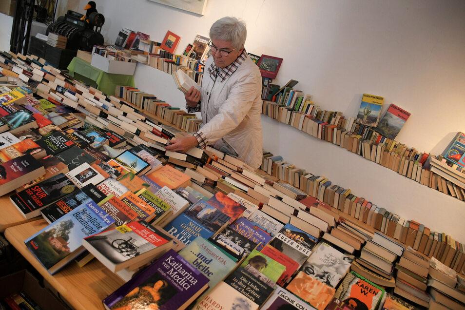 Auch den vorerst letzten Bücherflohmarkt hat sich Stammkundin Rosmarie Marschner nicht entgehen lassen. Sie frischte dort regelmäßig ihren Buchbestand auf.