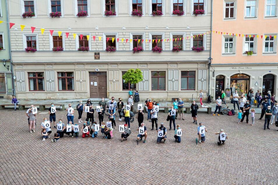 Freunde und Unterstützer der abgeschobenen Familie Imerlishvili haben eine eindeutige Botschaft: #Bring back our neighbours - Bringt unsere Nachbarn zurück.