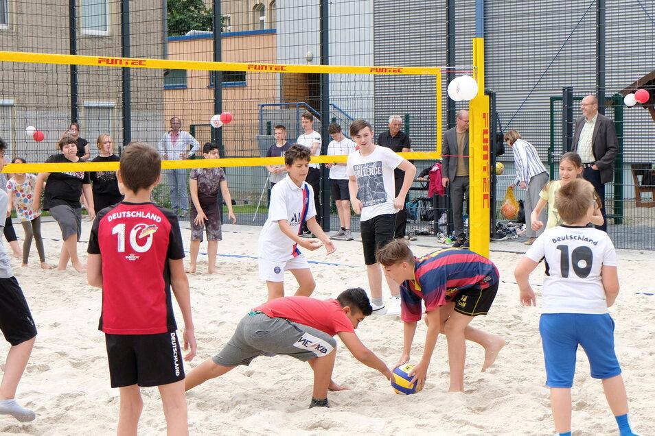 Oberbürgermeister Olaf Raschke (r.) schaute den Schülern bei den Wettkämpfen im Volleyball zu.