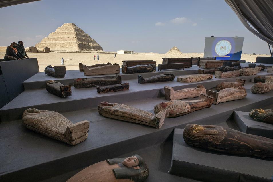 Zwei Besucher betrachten die ausgestellten antiken Sarkophage, die in einer riesigen Nekropole entdeckt wurden.